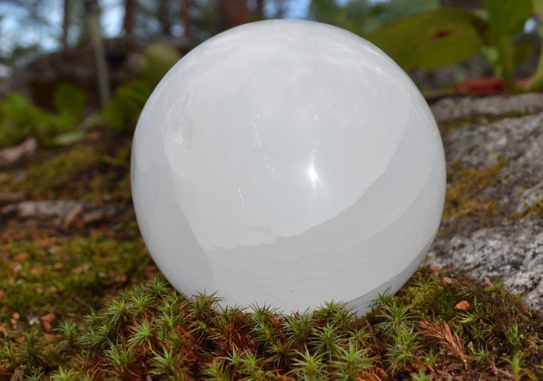 Iso seleniittipallo - hoitolan helmi, energiahoitajan työkalu jolla energiahoito tehostuu..