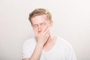 Väsynyt mies, onko uni-valverytmi hukassa?