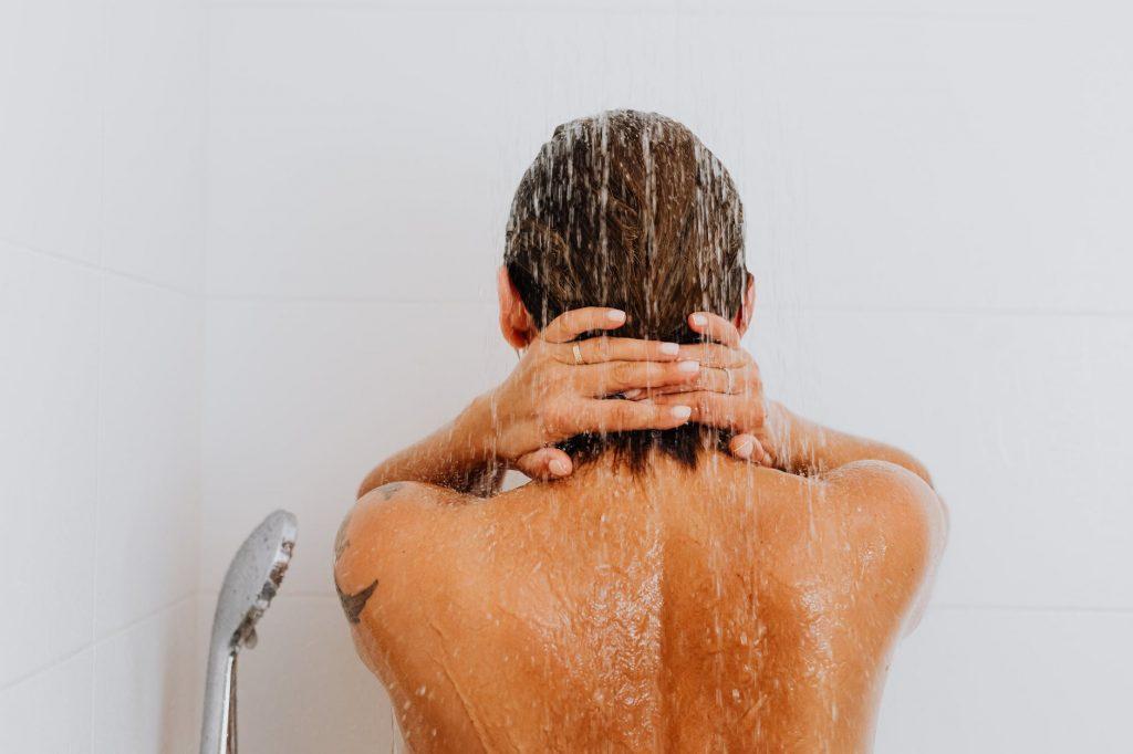 nainen suihkussa