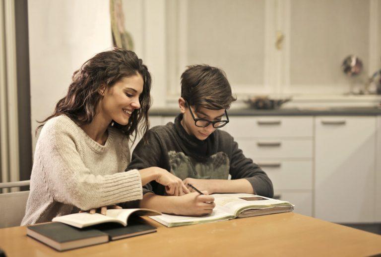 äiti auttaa poikaa läksyjen tekemisessä