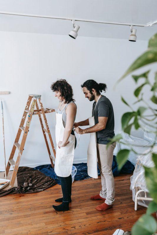 mies ja nainen ryhtymässä maalaustöihin